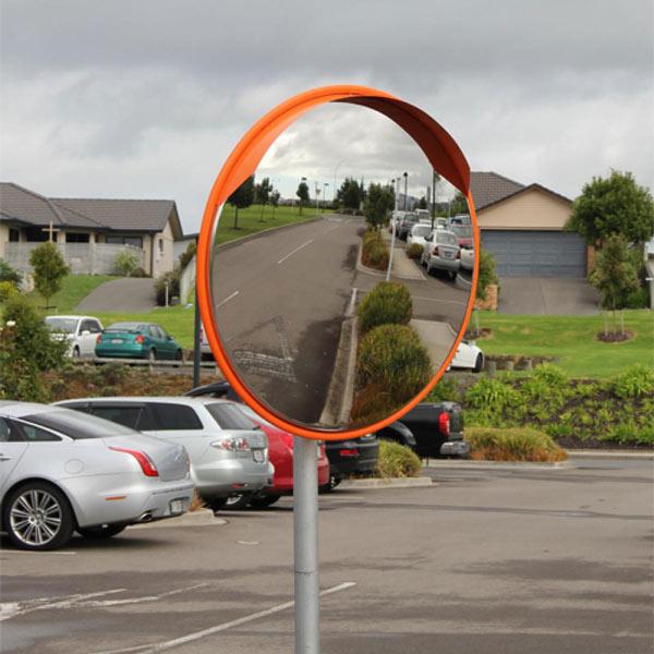 آینه محدب پلیکربنات، با دوام و ضربهپذیری بالا مناسب برای فضاهای باز و جادهها