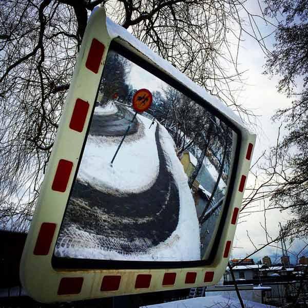 استفاده از آینه محدب در جادههایی با پیچهای تند بهمنظور افزایش دید