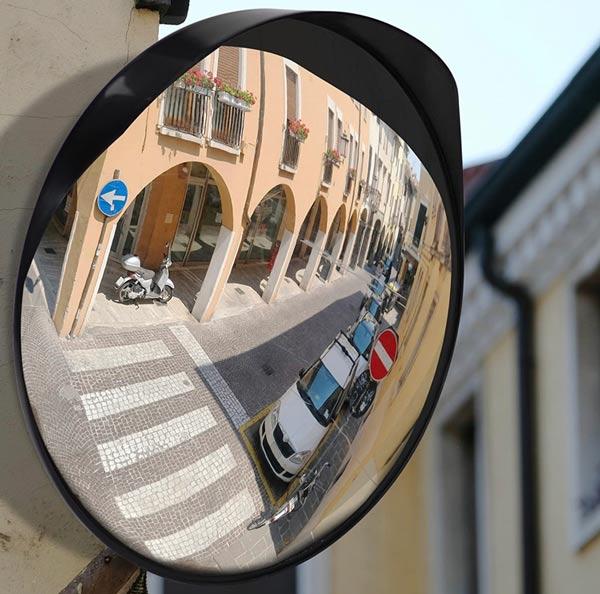 استفاده از آینه محدب فریمدار در خیابان