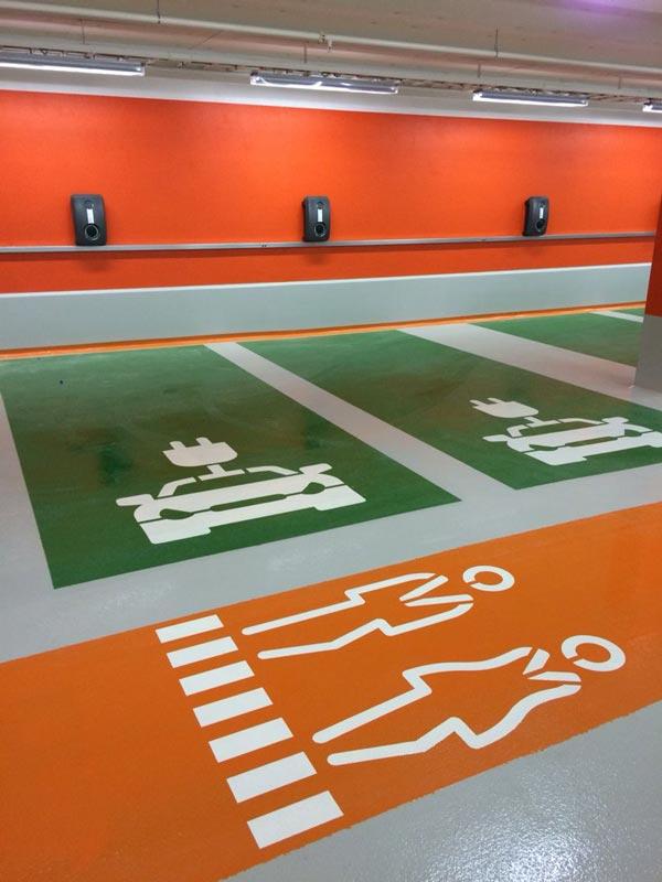 زمین نوشتهها و اشکال جهت تعیین مسیر حرکت عابر و محل پارک خودرو بهکار میروند.