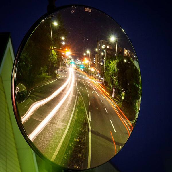 آینه محدب ترافیکی باعث افزایش دید رانندگان در هر دو لاین حرکت در کلیه ساعات شبانه روز میشود.