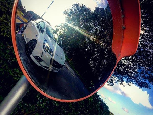 آینه محدب ترافیکی از طریق بالا بردن دید رانندگان سبب ایمنسازی و پیشگیری از بروز تصادفات احتمالی در فضاهای روباز و سرپوشیده میشود.