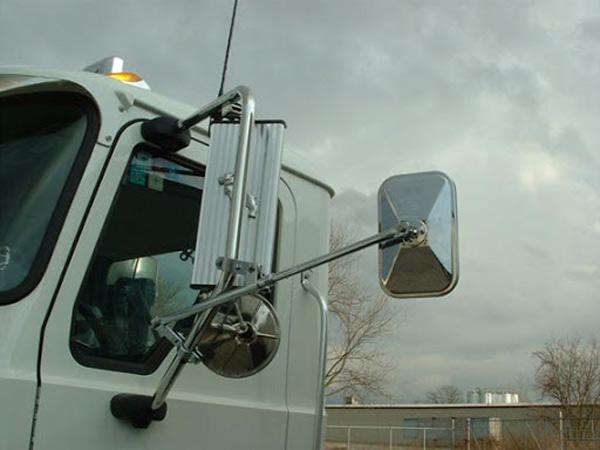 استفاده از آینه محدب کنار یا زیر آینه بغل، جهت پوشش نقاط کور پشت وسایل نقلیه سنگین