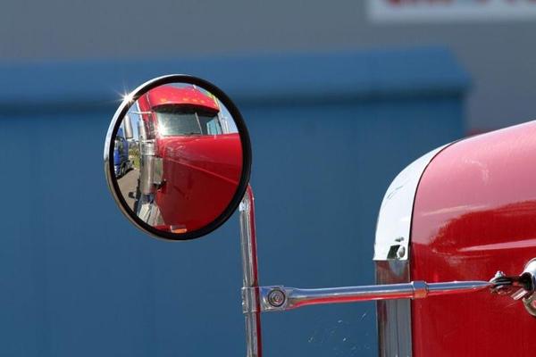 اسنفاده از آینه محدب بهمنظور بالا بردن محدودهی دید رانندگان کامیونها