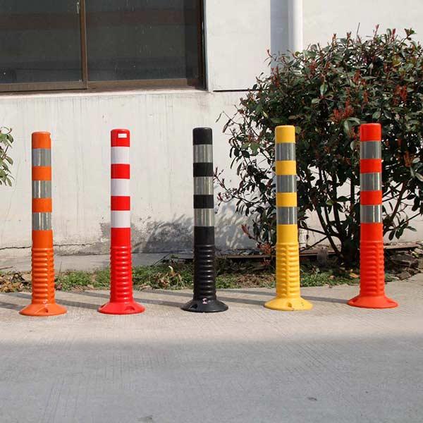 طراحی مدرن استوانههای ترافیکی در رنگهای متفاوت