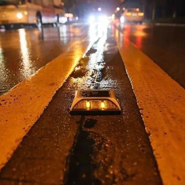 علائم برجستهی ترافیکی باعث افزایش دقت رانندگان در هوای بارانی میشوند.