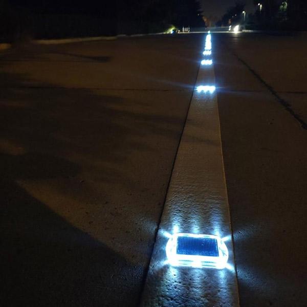 علائم برجسته بهواسطه رفلکس نور بالا سبب افزایش دید در تمام ساعات شبانه روز میشوند.