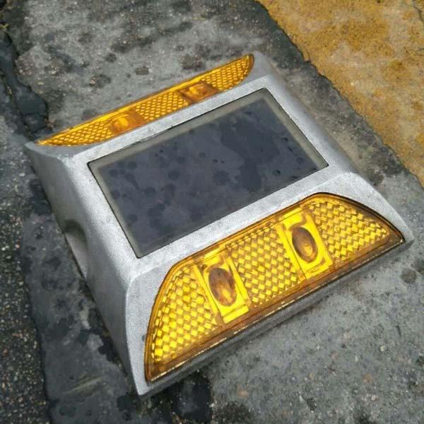 پنل خورشیدی تعبیه شده در بدنه چشم گربهای یا گلمیخ سولار، جاذب انرژی خورشید در روزاست.