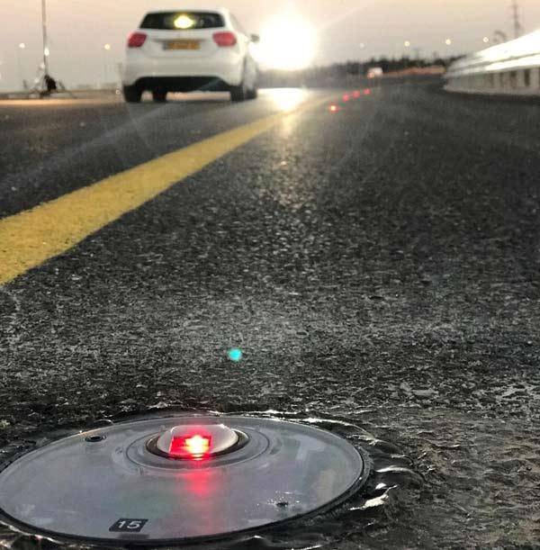 گلمیخ یا چشم گربهای هوشمند باعث هدایت جریان ترافیک میشود.